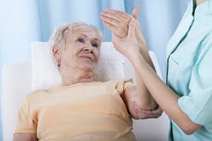 Нужна ли операция при лечении остеопороза?