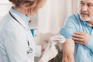 Можно ли ставить вакцину от коронавируса пожилым людям? Безопасность и эффективность вакцин для людей старше 60 лет
